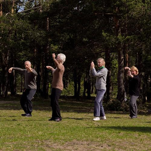 Ivo juhendab esimesi julgeid kevadisi õues harjutajaid.